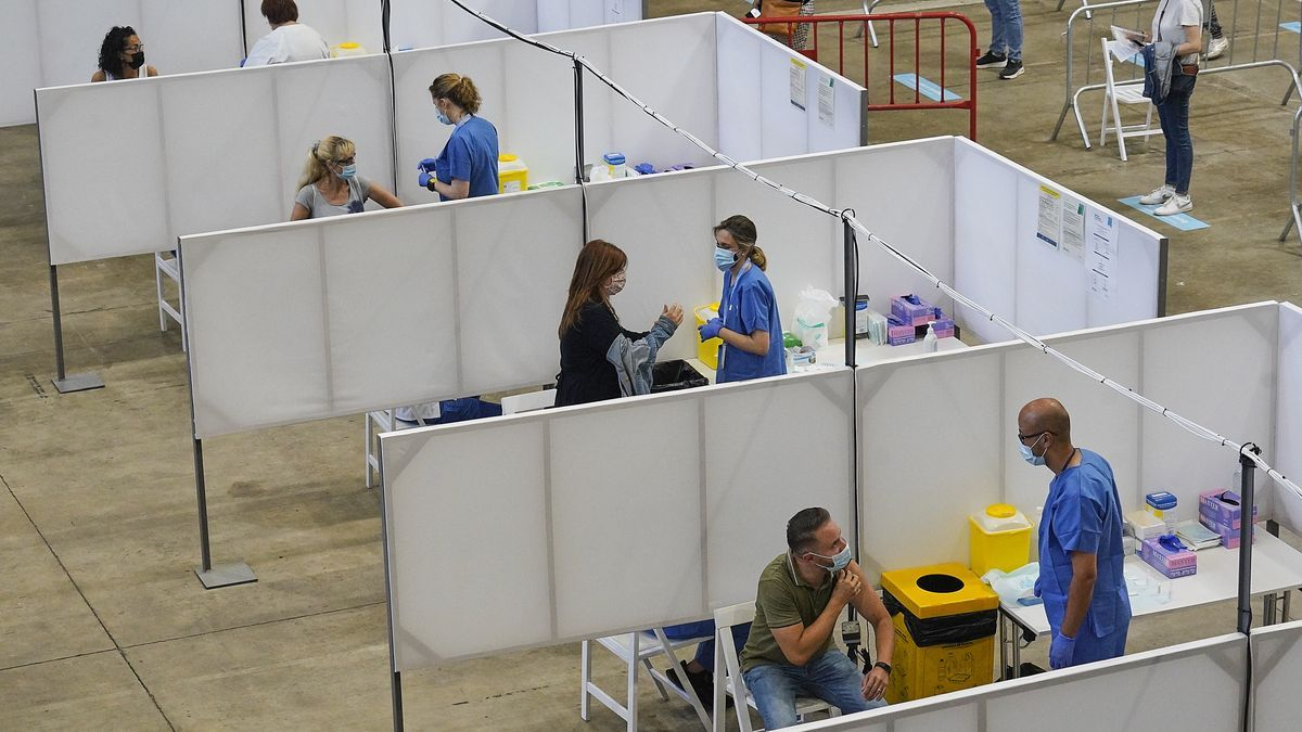 Inici de la vacunació de segones dosis als treballadors de serveis essencials, diumenge passat a Girona.