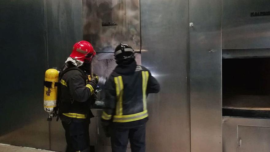 Un incendio en un horno obliga a evacuar un tanatorio en Las Torres