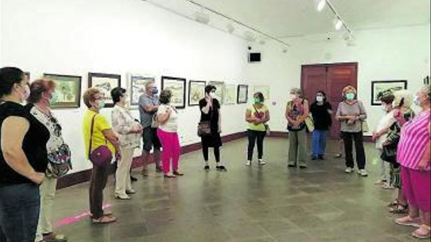 Elena Galarza muestra la obra de su padre a alumnos de los talleres de pintura