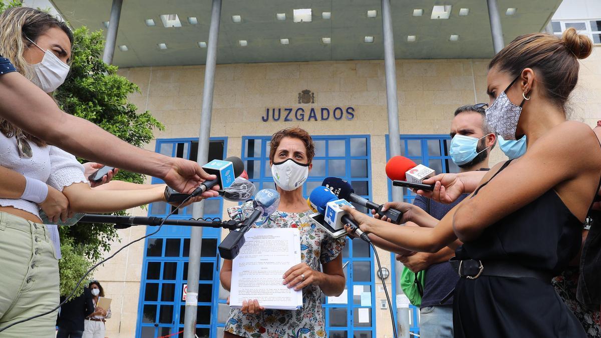 Onalia Bueno, alcaldesa de Mogán, con los medios ante los Juzgados de San Bartolomé de Tirajana