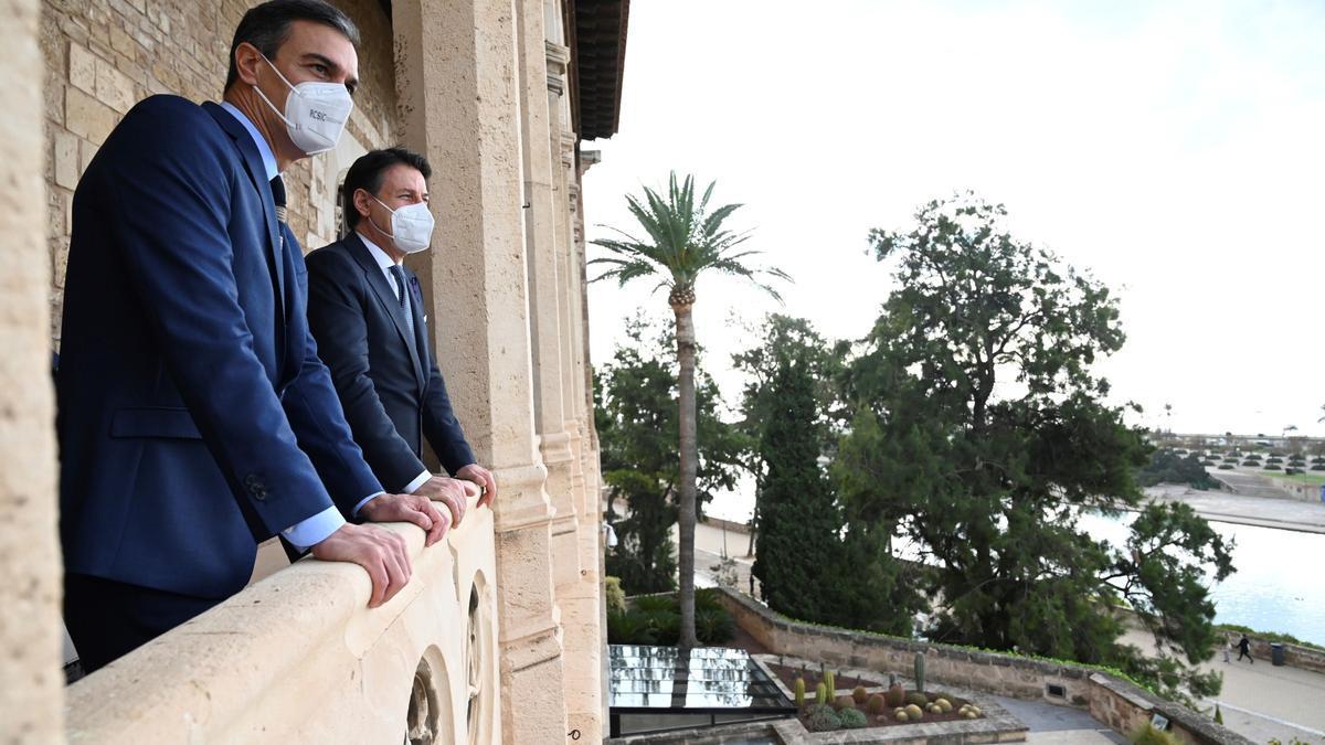 Pedro Sánchez y Giuseppe Conte, durante la cumbre entre España e Italia celebrada en Palma