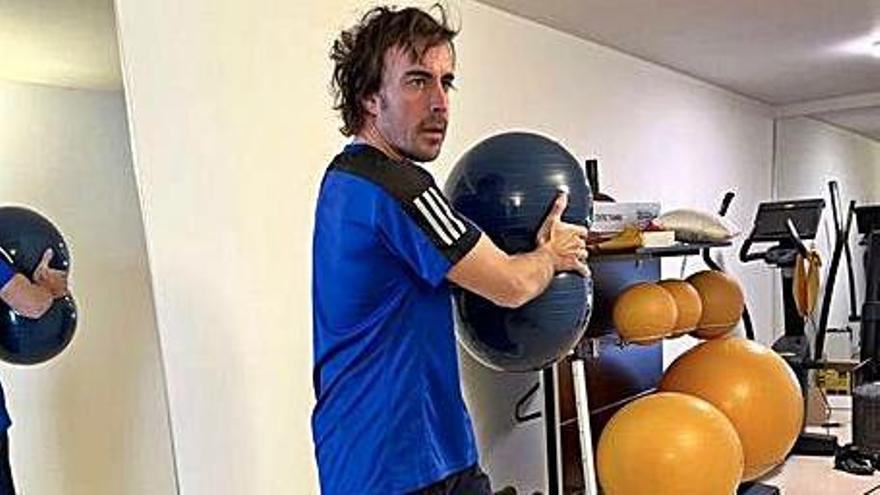 El piloto asturiano de Fórmula 1 Fernando Alonso continúa recuperándose y vuelve a subirse a la bicicleta
