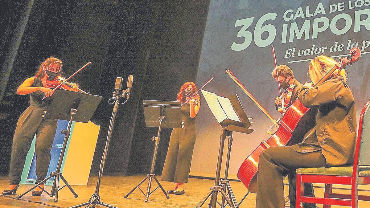 El cuarteto de cuerda de ADDA Simfònica puso el broche de oro a la gala con una intimista interpretación del himno de la Comunidad Valenciana que puso en pie al público en el Teatro Principal.