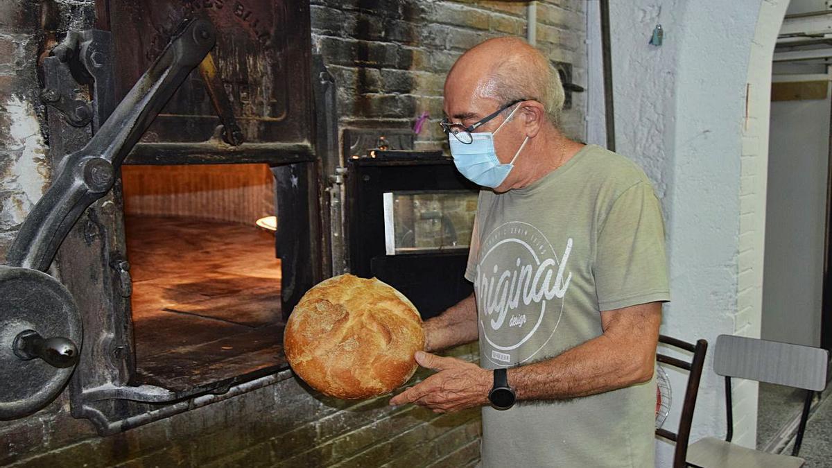 Martí Rosell fill traient un pa del forn