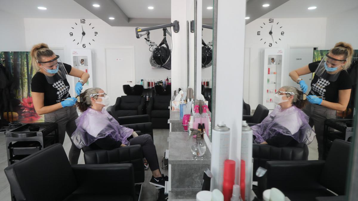 El consumo de la luz en las peluquerías es continuado a lo largo de toda la jornada laboral: secadores, termo o aire acondicionado son inevitables.