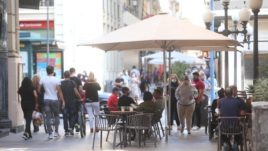 Toque de queda en Alicante: Los jóvenes dudan que sea efectivo y los mayores apoyan la restricción