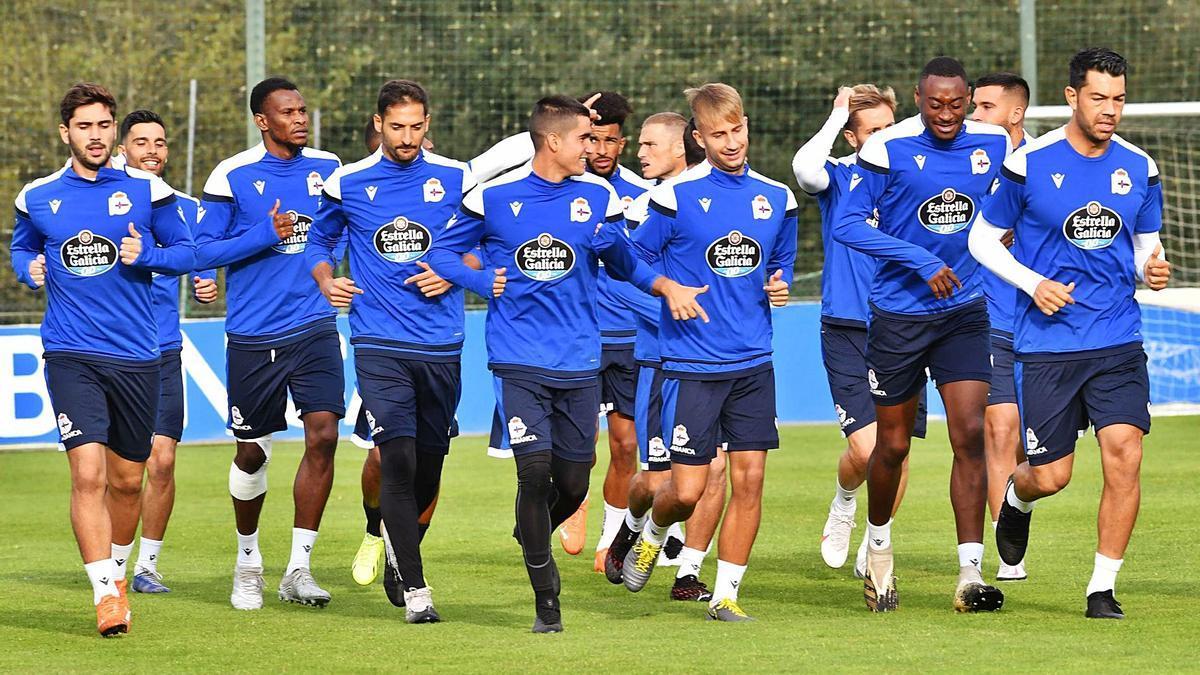 Los futbolistas del Deportivo, durante un entrenamiento sobre el césped de Abegondo. |  // VÍCTOR ECHAVE