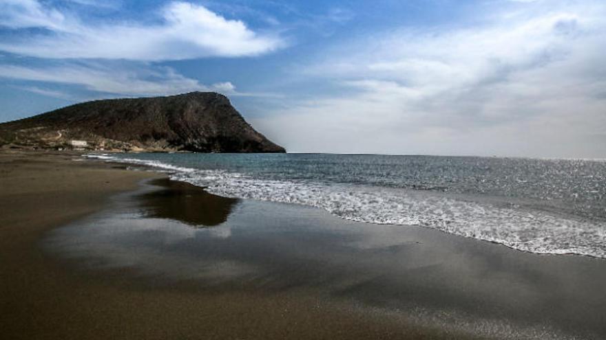 Un agente fuera de servicio rescata a una niña arrastrada por el mar en Tenerife