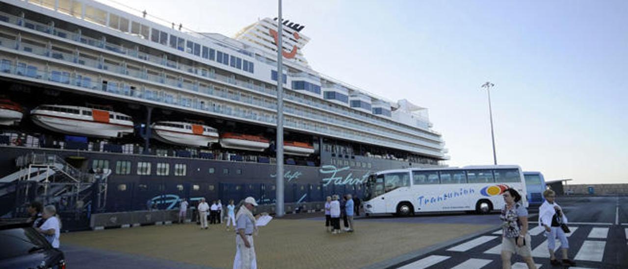 El puerto de Los Mármoles abre la temporada de cruceros turísticos