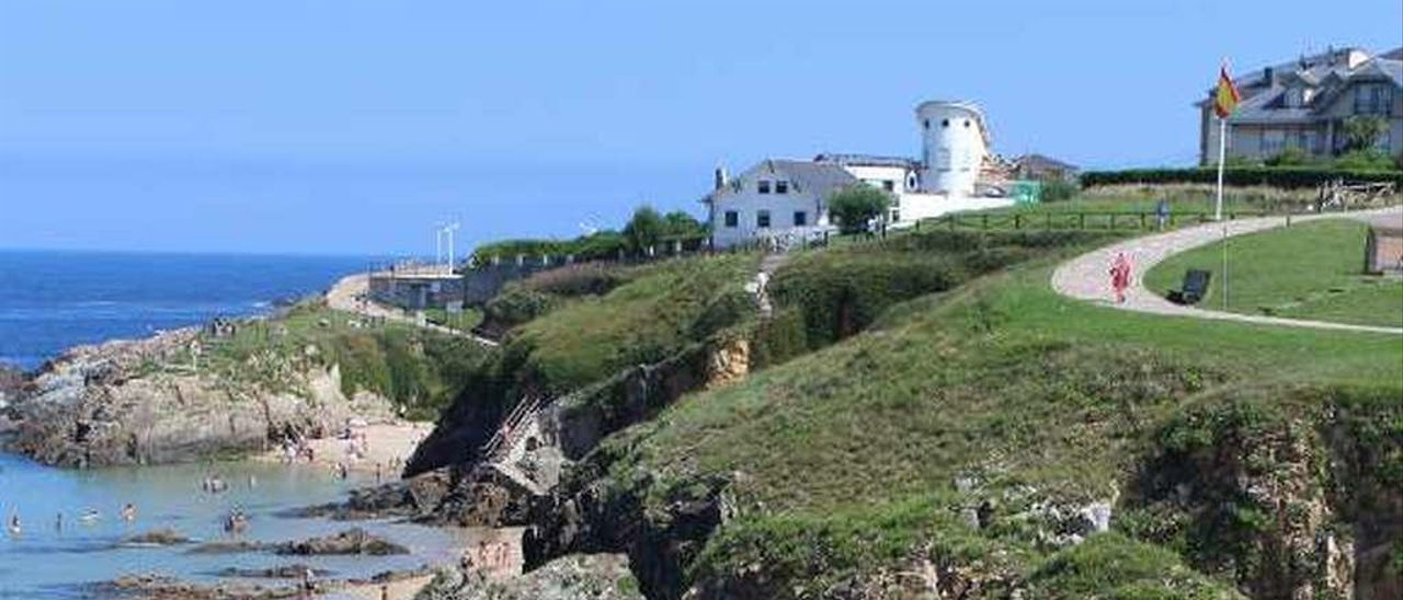 En primer término, la base del antiguo muro de la playa del Murallón.