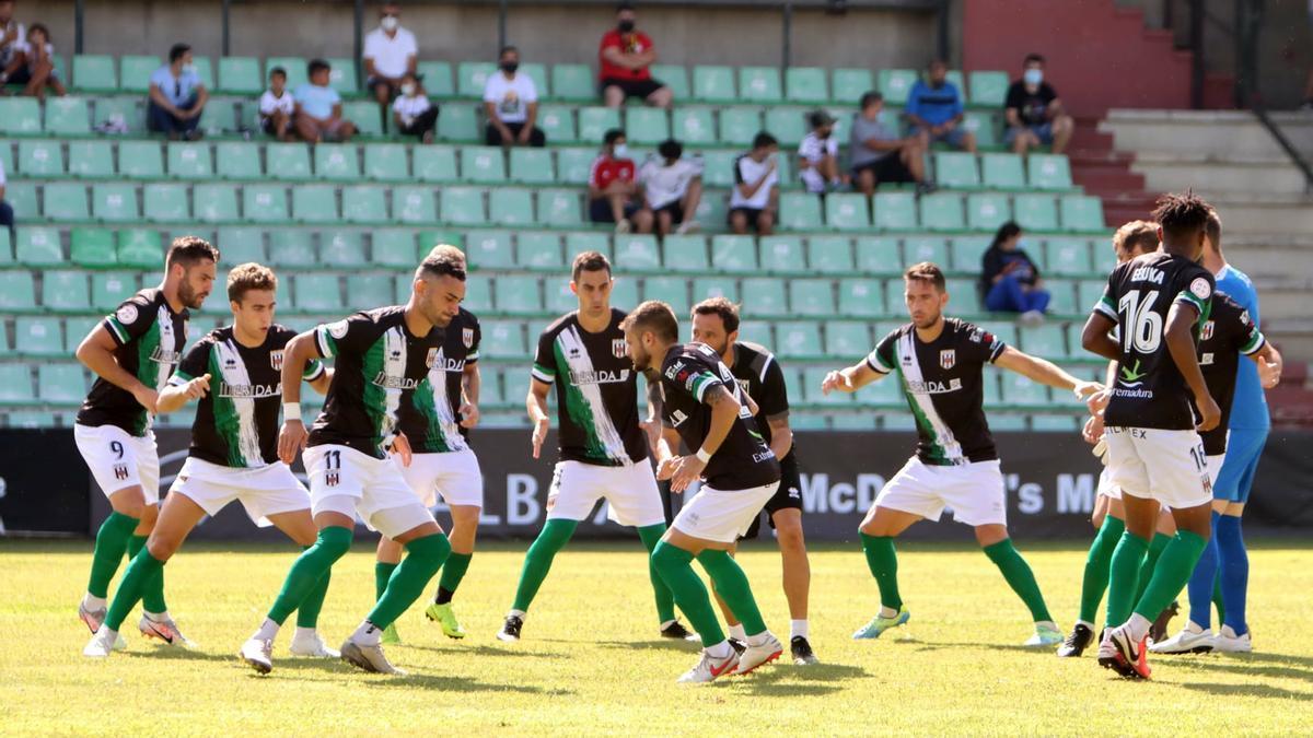 Los jugadores del Mérida hacen los últimos ejercicios de calentamiento antes del partido del domingo ante el Ceuta.