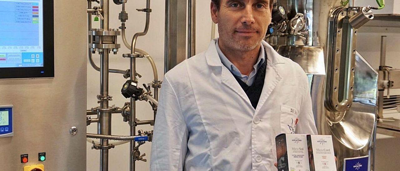 Esteban Sinde muestra algunos de los nutracéuticos utilizados en el estudio