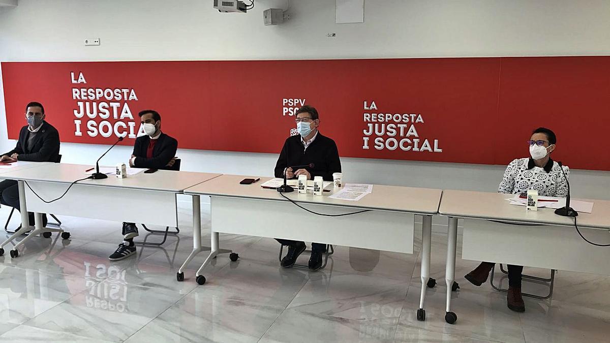 Ximo Puig, al centro, junto a José Muñoz, Carlos Bielsa y Toñi Serna.   LEVANTE-EMV