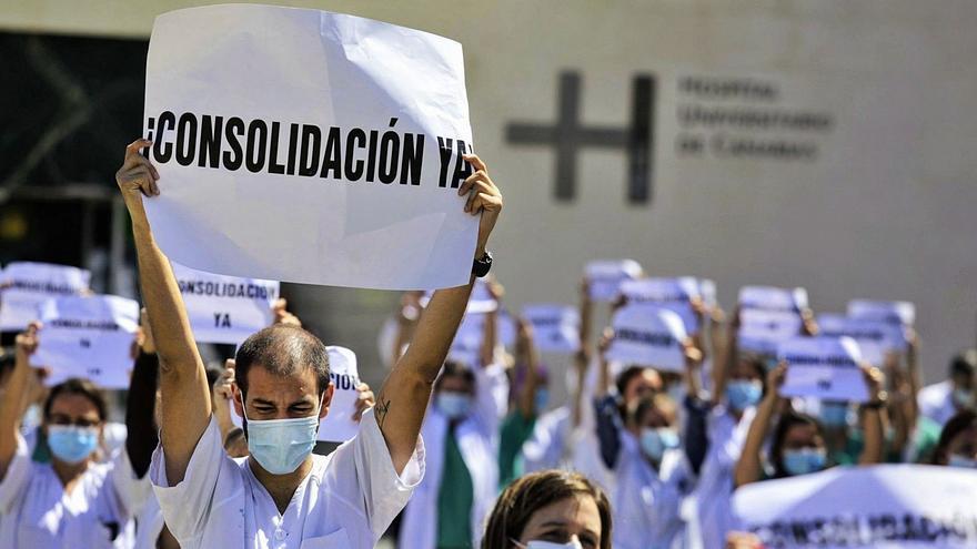Sanidad anula la OPE 2018 de los médicos y negociará unas oposiciones 'a la carta'