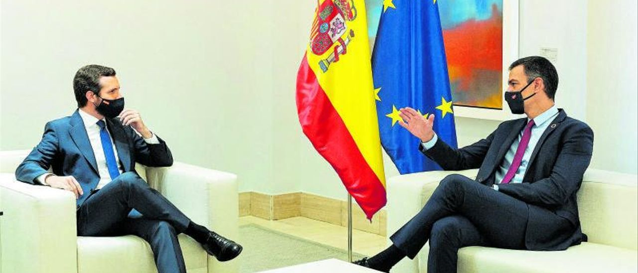 El presidente del Gobierno, Pedro Sánchez, y el líder del PP, Pablo Casado, en la Moncloa.