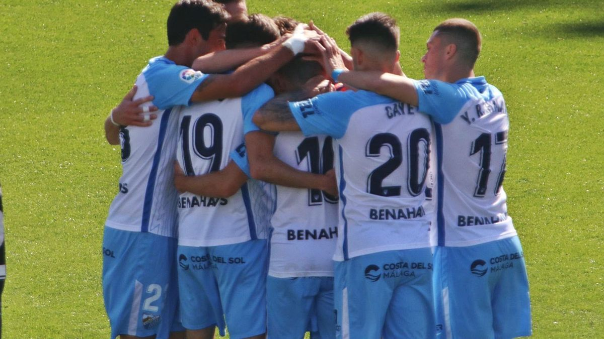 Jugadores del Málaga CF celebrando el gol ante el Tenerife en la jornada 30.