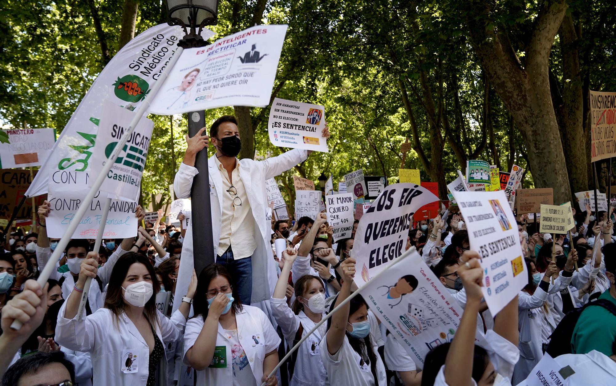 Protesta de aspirantes al MIR frente al ministerio de Sanidad