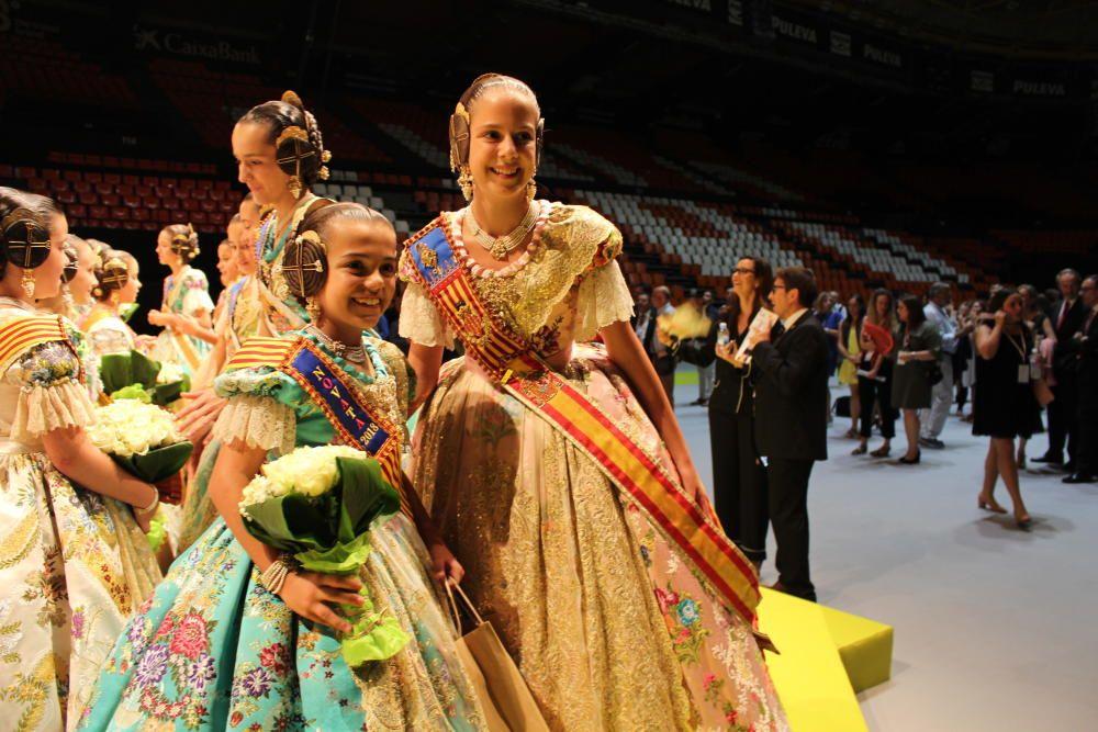 Clara Parejo, con una de las niñas elegidas.