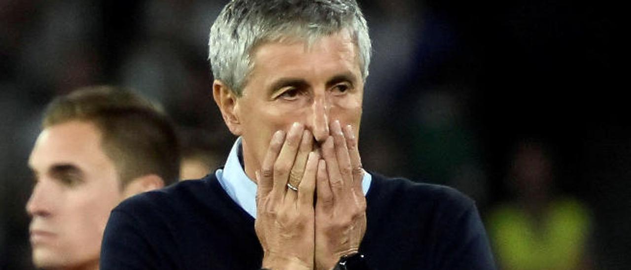 Quique Setién, técnico del Real Betis, se lamenta tras una ocasión fallada por su equipo en el choque de ayer contra la UD.