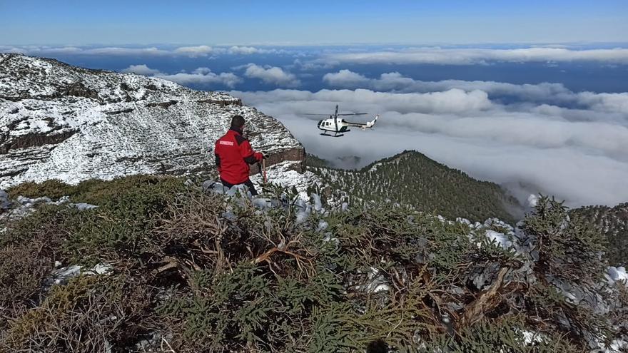 Un helicóptero se suma a la búsqueda del desaparecido en las cumbres de La Palma
