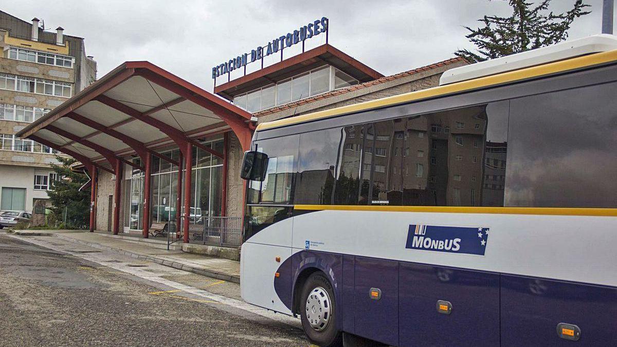 Un autobús entrando en la Estación de A Estrada.