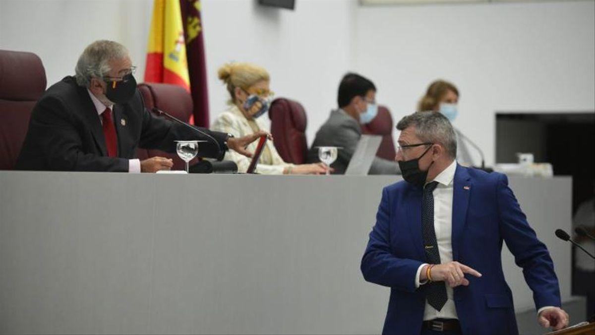 El PP de Murcia negocia dar la Consejería de Educación a los diputados expulsados de Vox