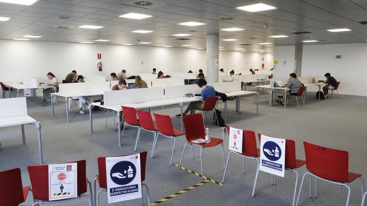 Jóvenes estudiando en la biblioteca para selectividad (ABAU).