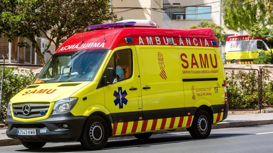 Un trabajador resulta herido en Alicante al caerle una puerta de hierro en la cabeza