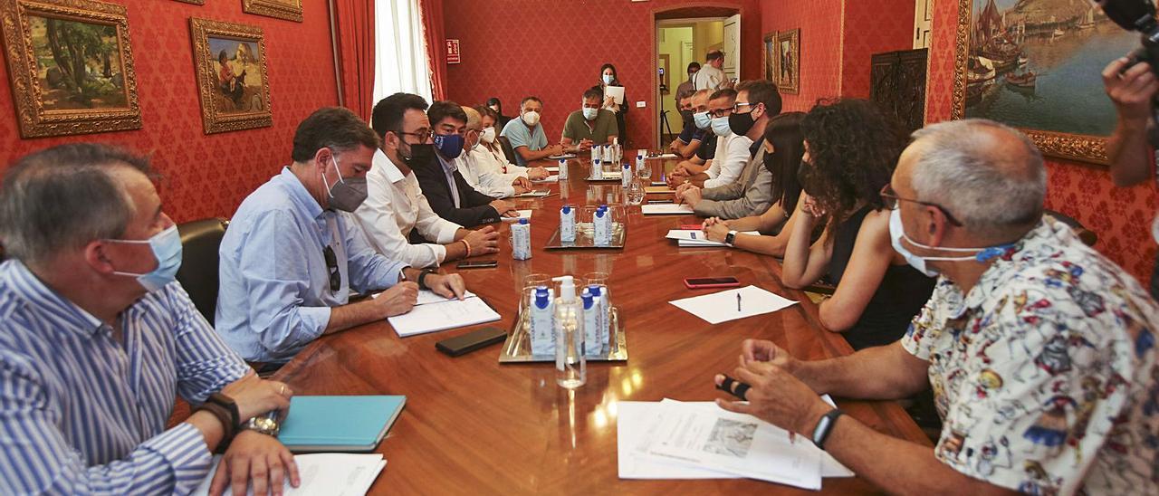 Responsables municipales y de la Conselleria de Educación, reunidos en el Ayuntamiento de Alicante. | PILAR CORTÉS