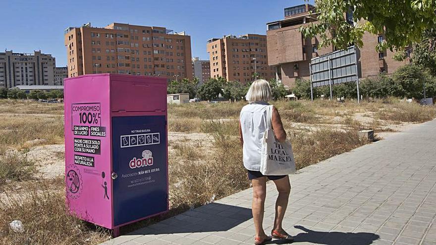 El bipartito de Alicante mantiene en las calles contenedores de ropa sin licencia