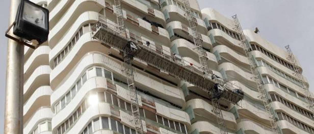 Imagen de los trabajos de rehabilitación de un conjunto de edificios residenciales en la primera línea de la Playa de San Juan.