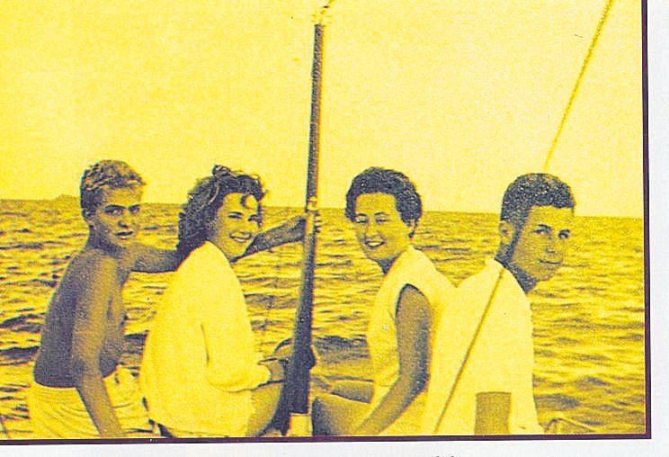 Un jovencito Juan Carlos navega por Mallorca durante unas vacaciones cuando tenía 14 años.jpg