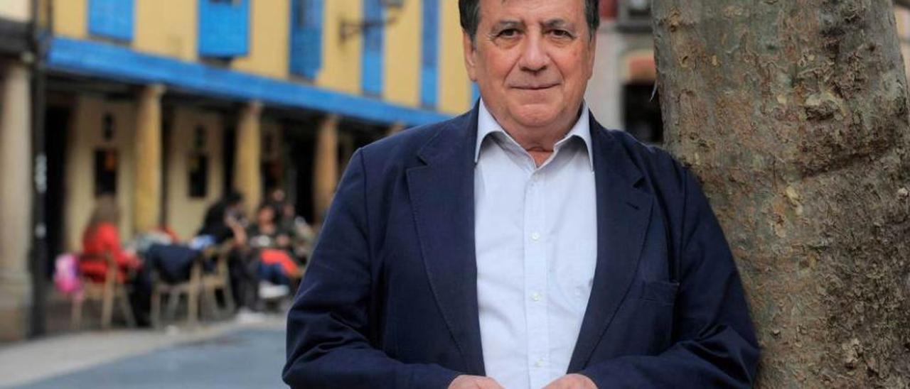 Luis Landero, en la plaza del Fontán de Oviedo, donde presentó su última novela.