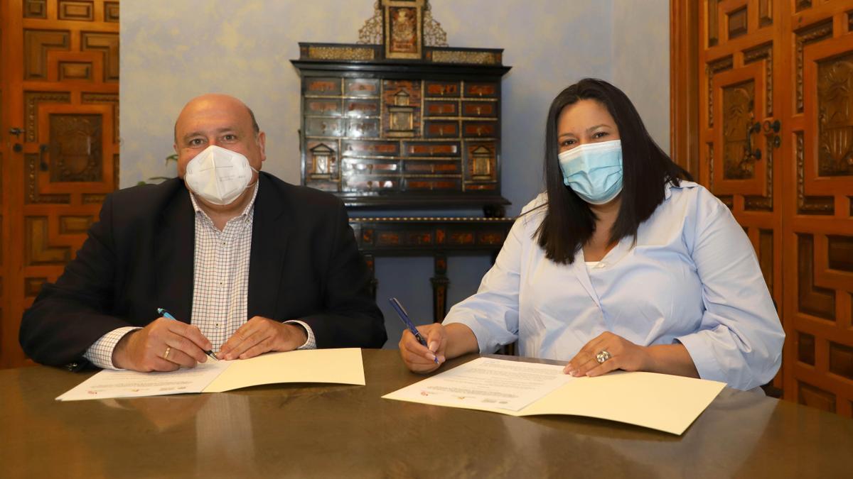 Firma del convenio entre la Asociación Amigos de los Patios y el Patronato de Turismo.