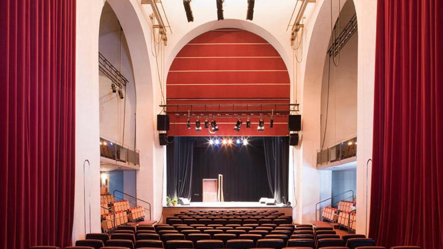 Vélez-Málaga invertirá 95.000 euros en renovar el patio de butacas del teatro del Carmen