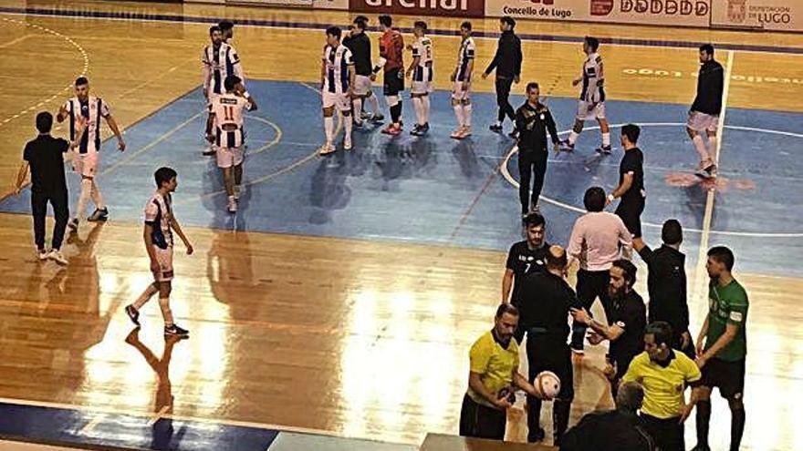Los jugadores de ambos equipos se saludan al término de la contienda.