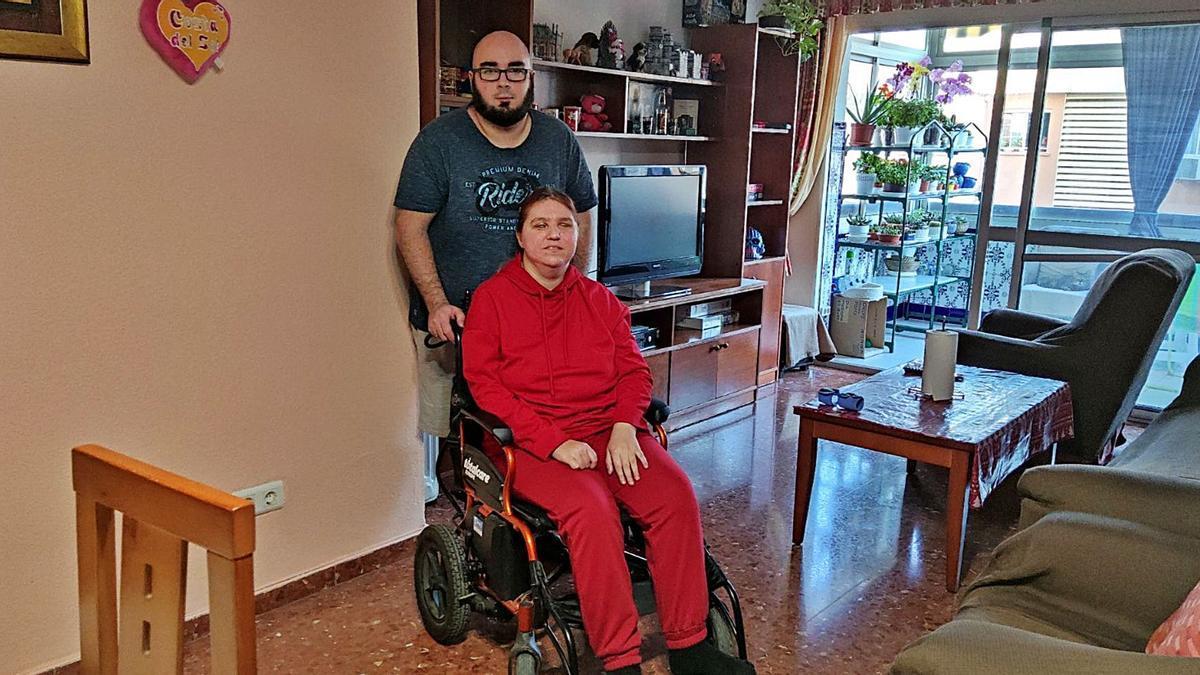 Natalia Kúrkina, de 29 años, esta semana en la urbanización La Roca con su marido, el malagueño Ismael Aguado