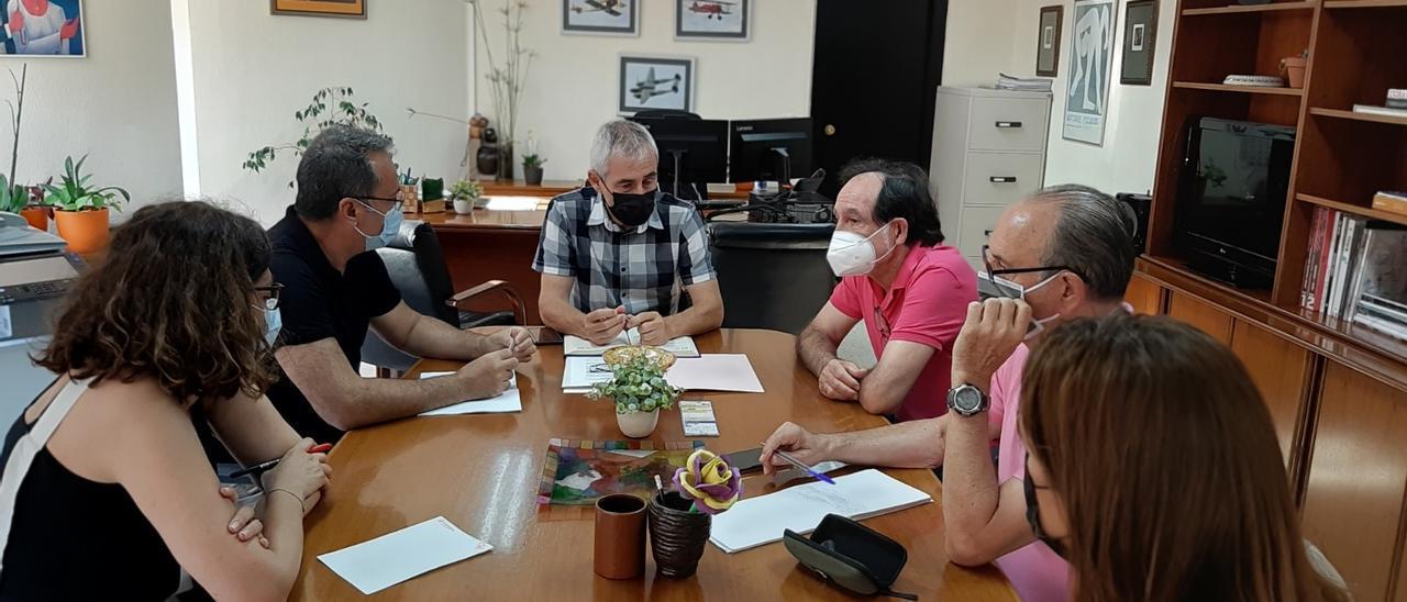 Un momento de la reunión de representantes del PSOE con el director territorial de Educación