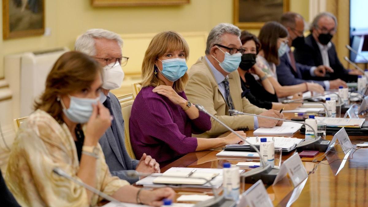 La ministra de Educación, Pilar Alegría (tercera por la izquierda), en la reunión con los consejeros y consejeras en Madrid.