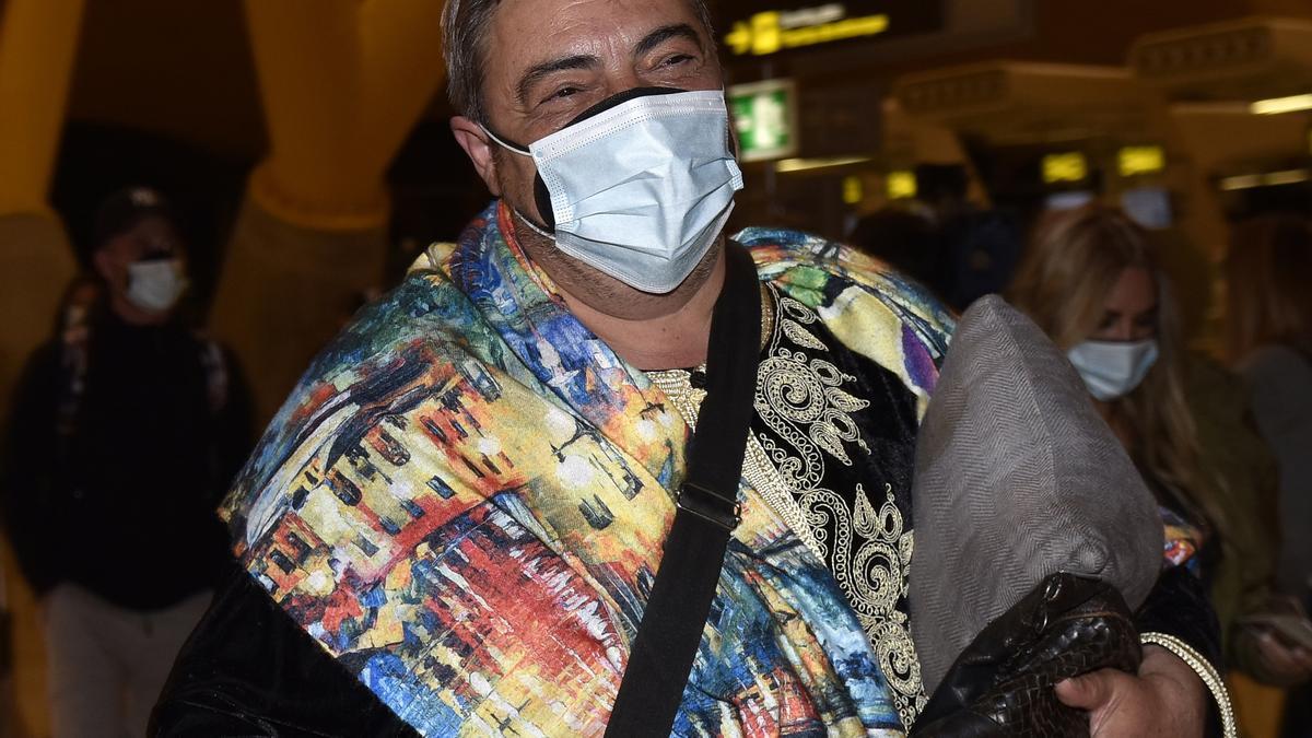 El bailarín Antonio Canales, participante de 'Supervivientes' llegando al aeropuerto para viajar a Honduras, en Madrid