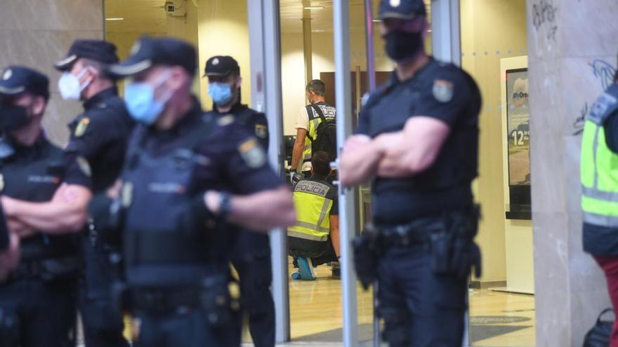 Condecorados los policías nacionales que resultaron heridos en el atraco a un banco en Murcia