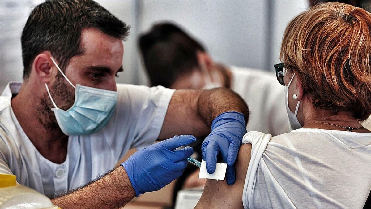 Una mujer acude a vacunarse al Recinto Ferial de Santa Cruz de Tenerife.     MARÍA PISACA