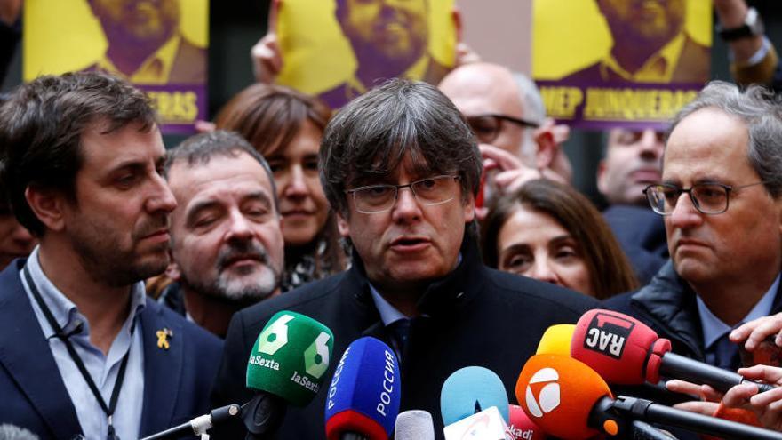 Puigdemont atiende a los medios en el Parlamento Europeo.