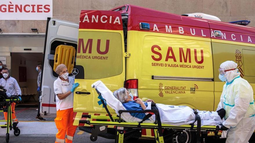 España registra un nuevo récord con otros 25.595 casos y 239 muertes más