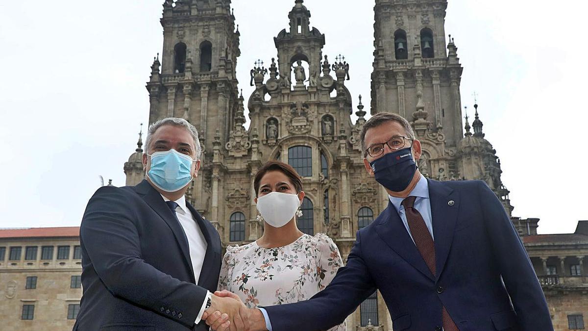 Feijóo, a la derecha, con Iván Duque y su esposa, ayer en la plaza del Obradoiro. |   // XOÁN ÁLVAREZ