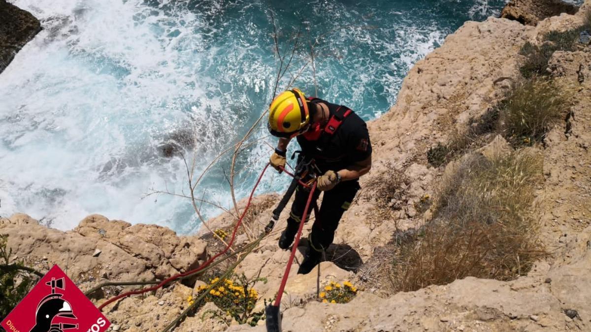 Arriesgado rescate de un hombre atrapado en los acantilados de la cala de L´Almadrava de Benidorm