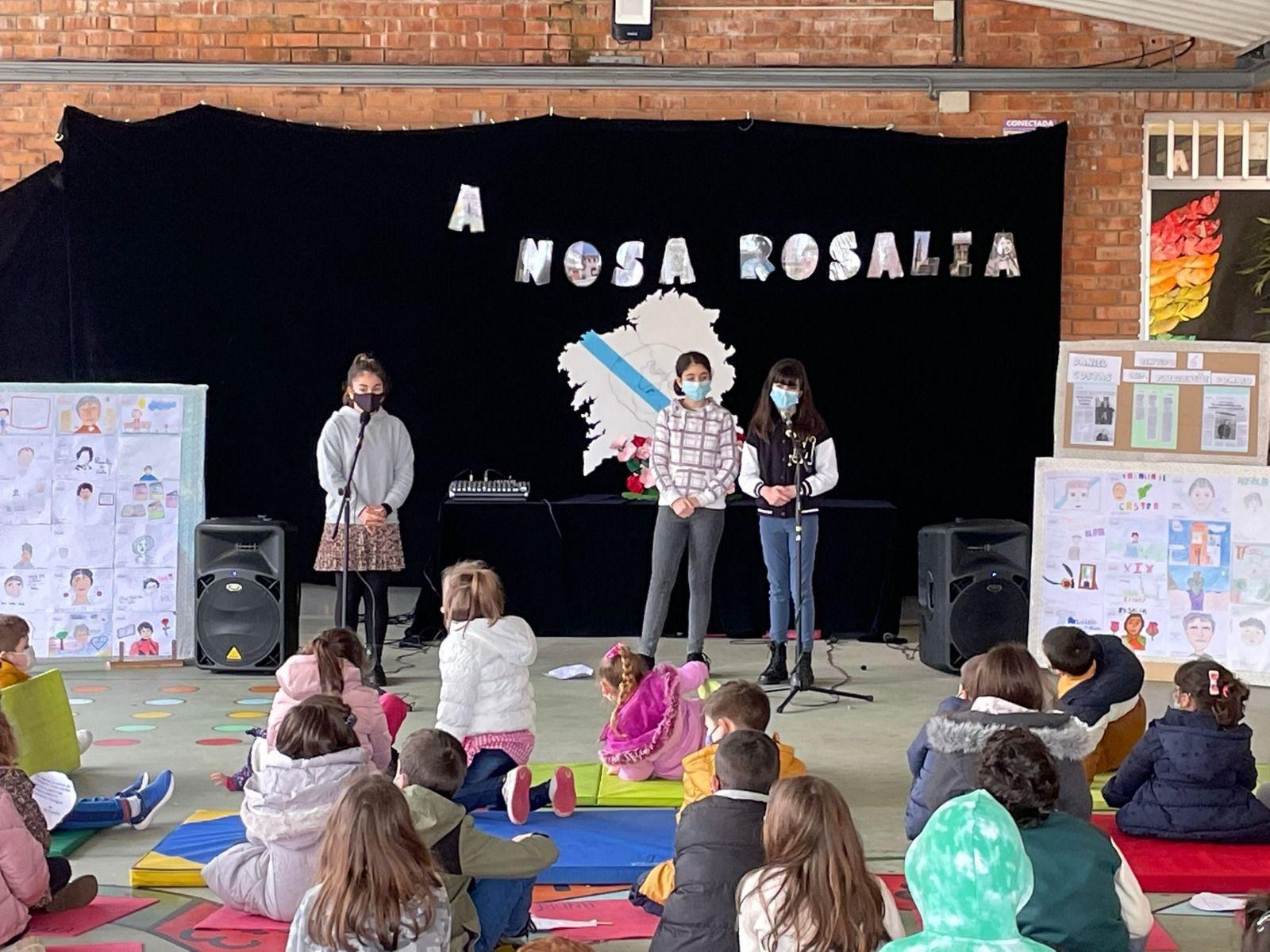 Os nenos de Domaio recitan por Rosalía
