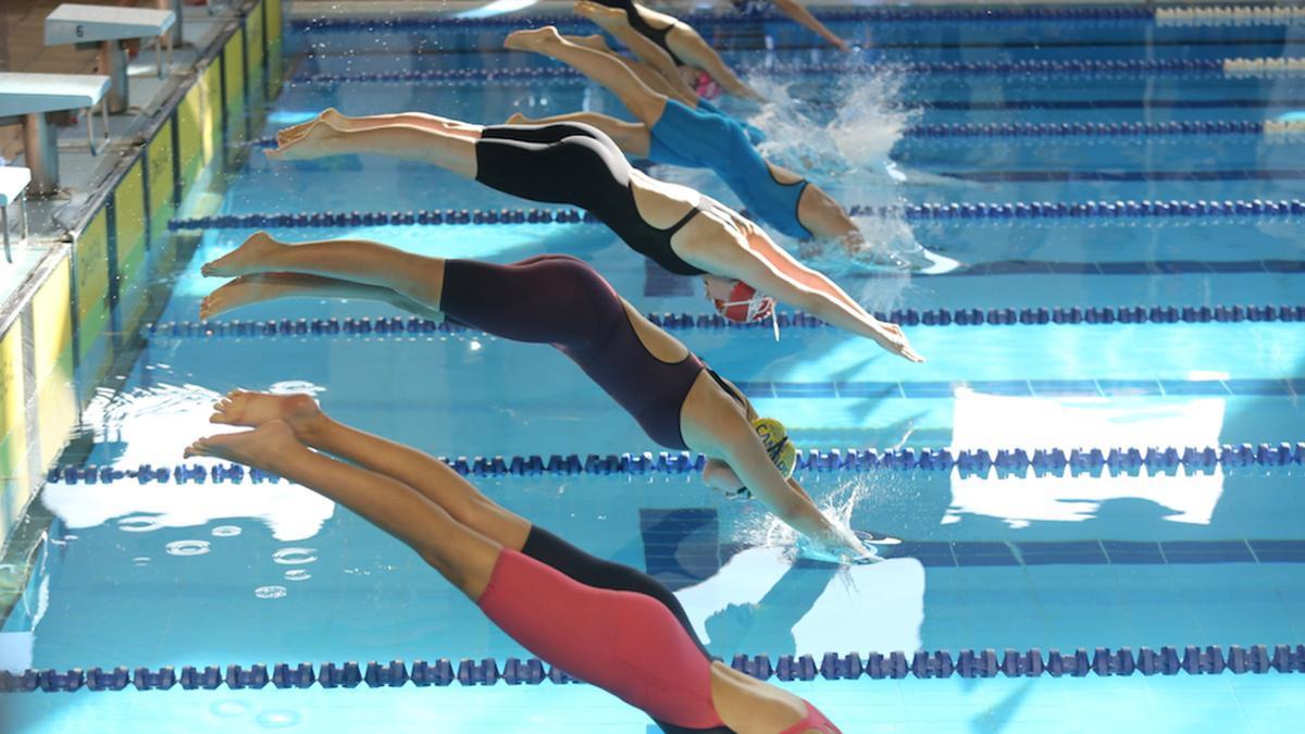 Participantes en una prueba deportiva en la piscina del complejo deportivo Quirinal, en Avilés.