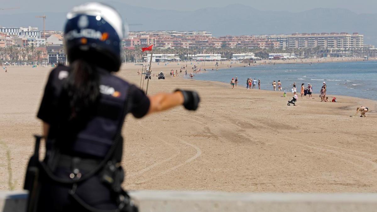 Un agente de la policía local realiza tareas de control en la playa de las Arenas.