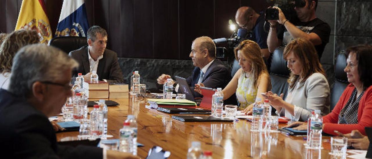 Reunión del Consejo de Gobierno de ayer. En primer plano, a la izquierda, el comisionado Néstor Hernández.